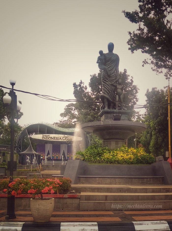 Patung Ibu dan Anak di Taman Indonesia Kaya