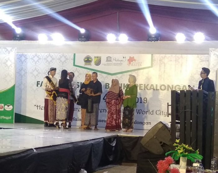 Penyerahan penghargaan dari Desmoka untuk Tokoh Batik Kota Pekalongan