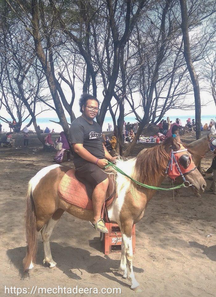 Berkuda di Pantai Goa Cemara