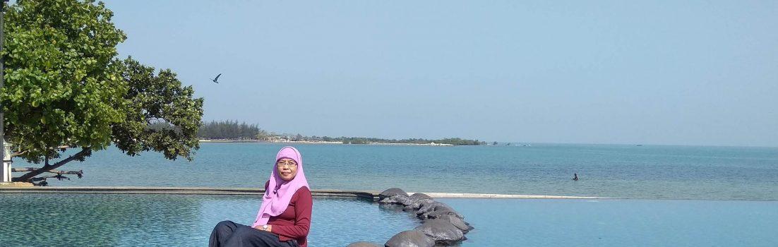 Di tepi kolam renang Sekuro Village Beach Resort