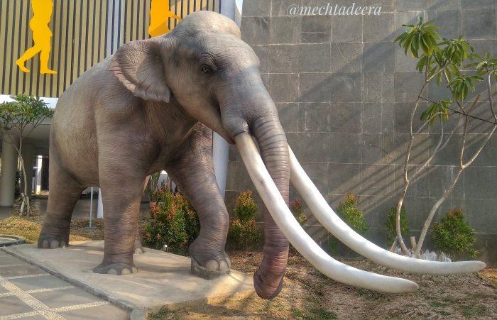 Replika Gajah purba Museum Situs Semedo