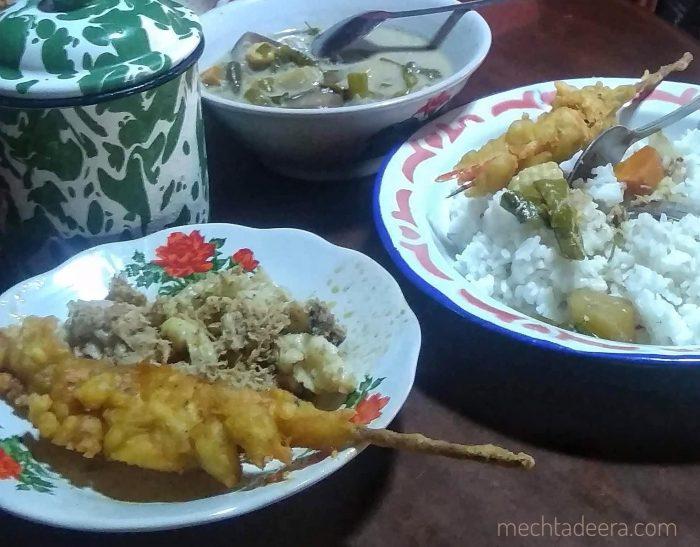 Makan siang di Pawone Simbah