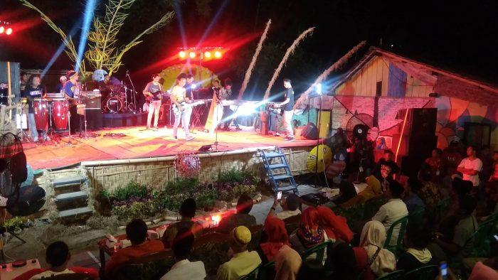 Grup band reggae Daun Bambu di Kampung Ragam Warna
