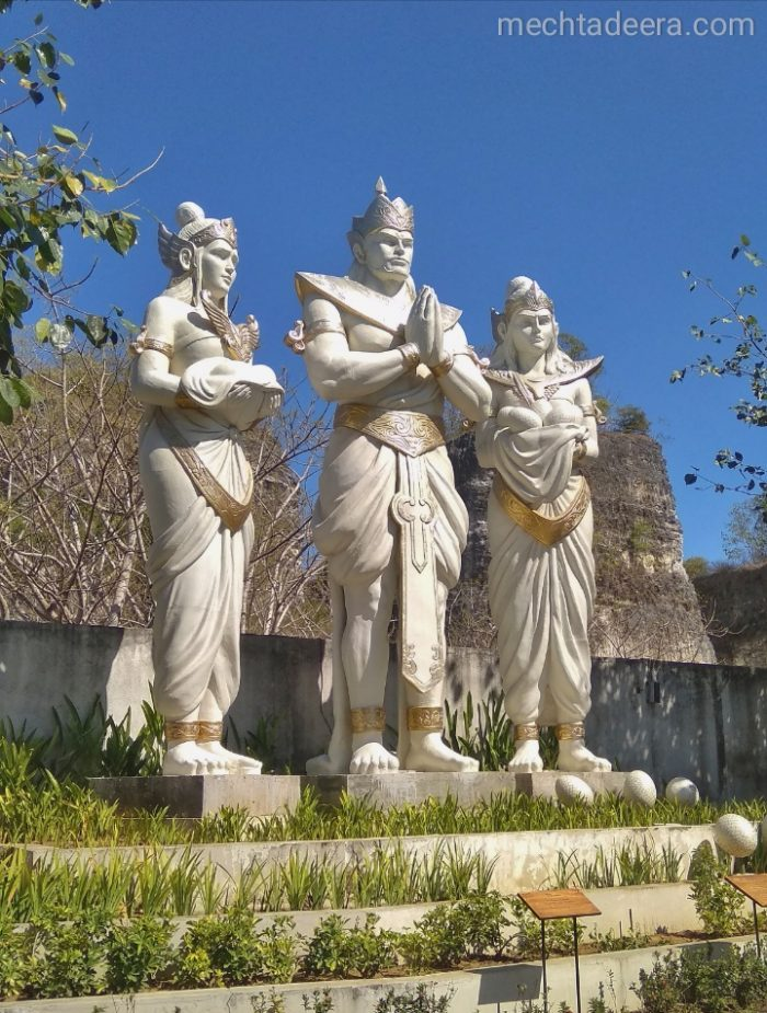 Patung di Plaza Bhagawan GWK