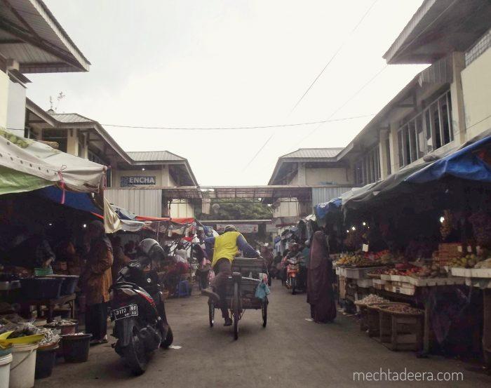 Akses ke Keraton Kanoman melalui pasar Kanoman
