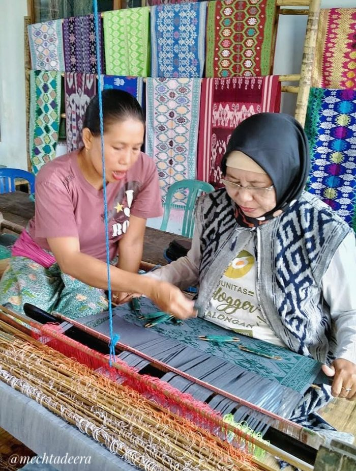 Mencoba menenun di Sukarara
