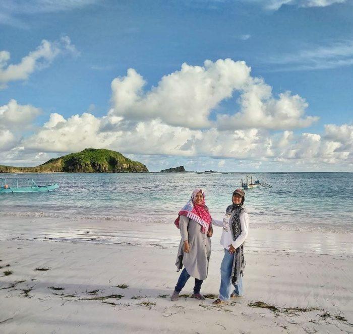 Berpose di Tanjung Aan