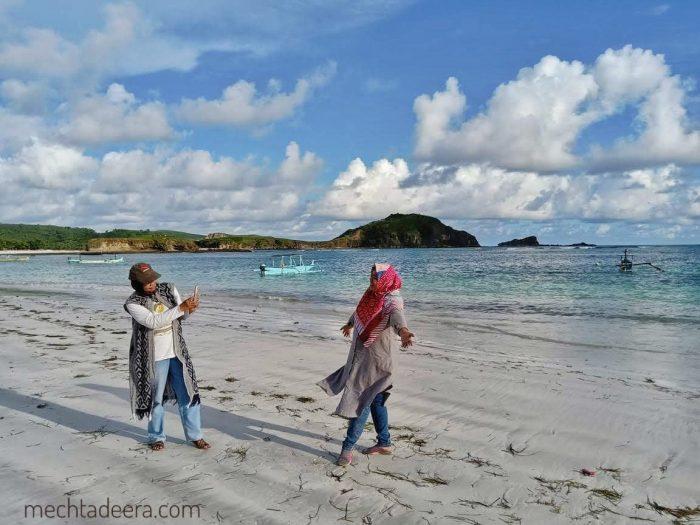 Berpose di Pantai Tanjung Aan