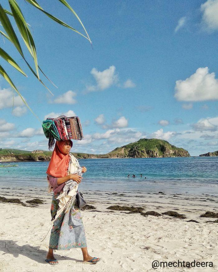 Penjaja kain di Pantai Tanjung Aan
