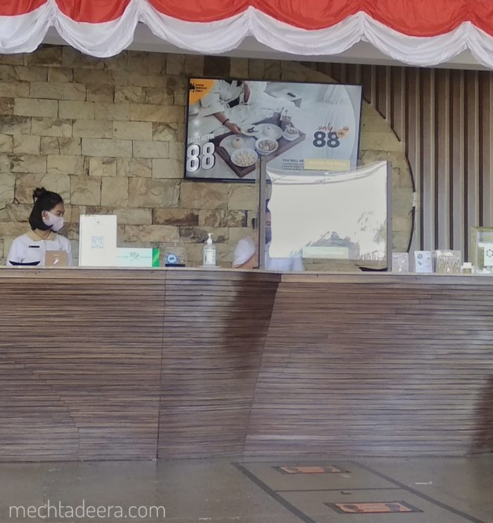 Petugas front desk The Wujil