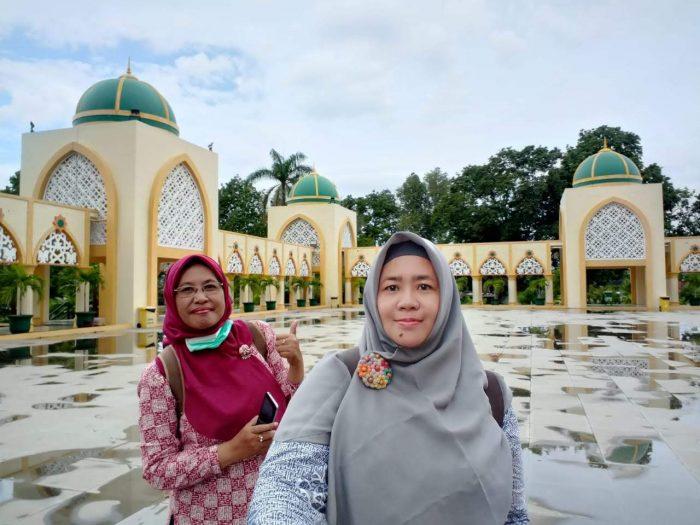 Pose di halaman Masjid Hubbul Wathan Mataram