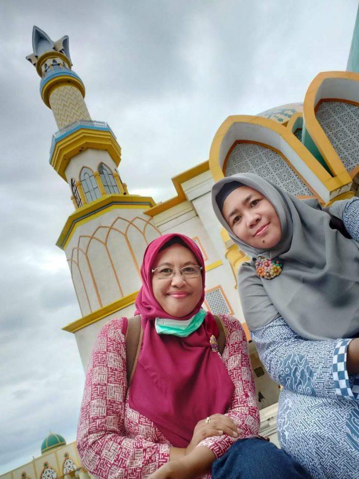 Pose berlatarkan menara Masjid Hubbul Wathan